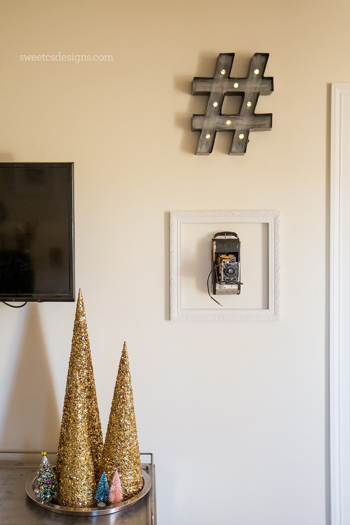 Simple metallic Christmas decor- perfect for a minimalist or retro area!