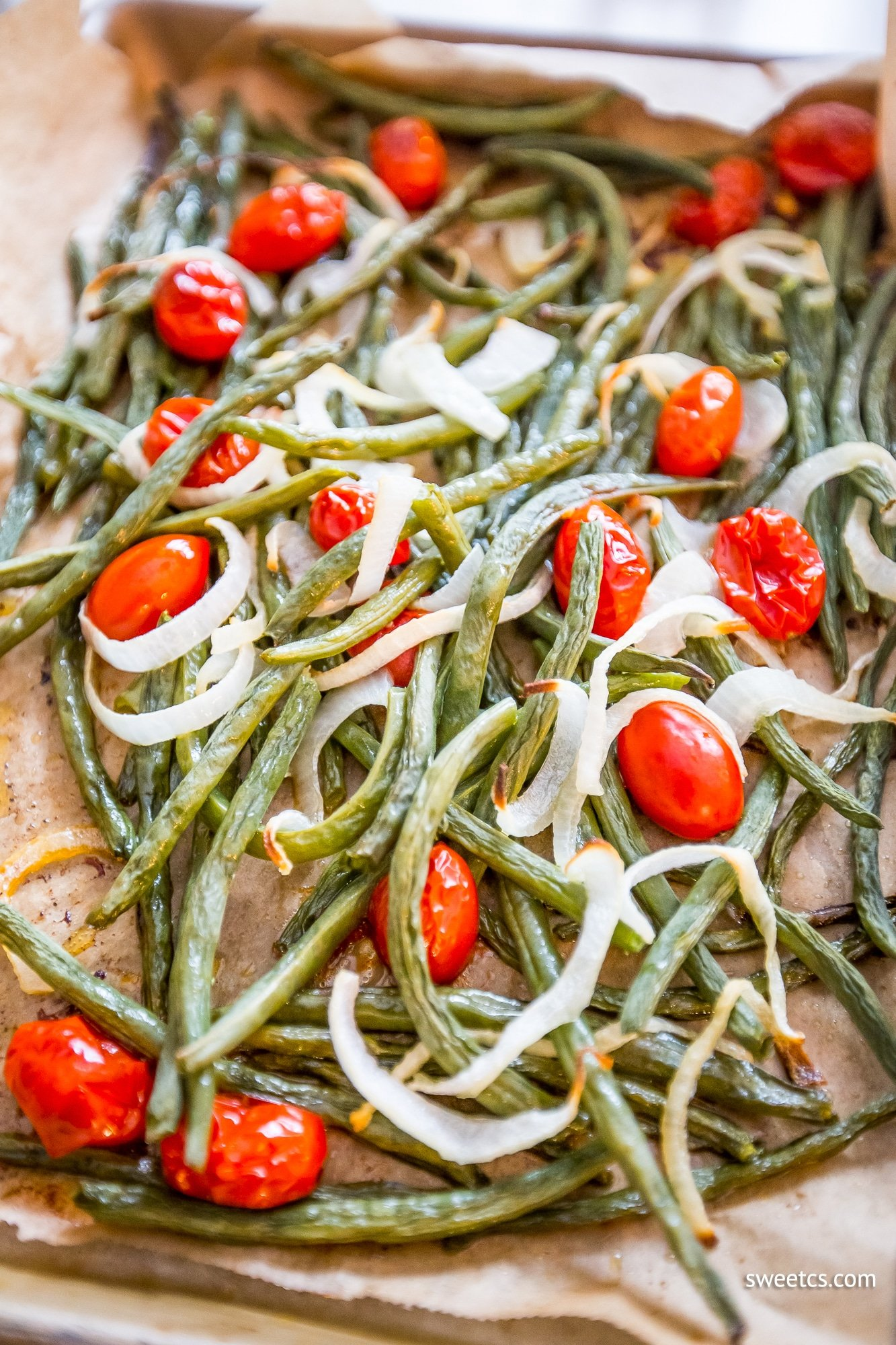 This roasted green bean salad is a delicious and easy healthy side dish!