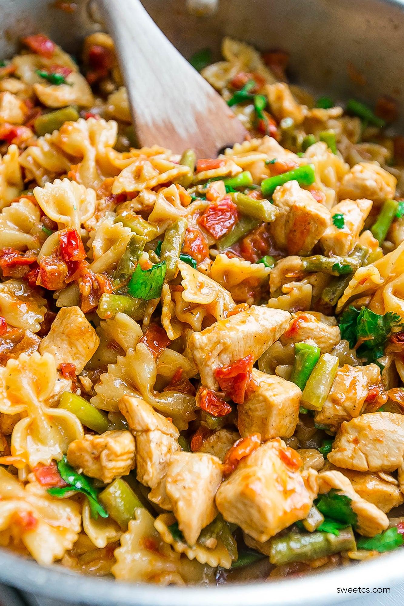 This one pot bruschetta chicken pasta is so delicious!
