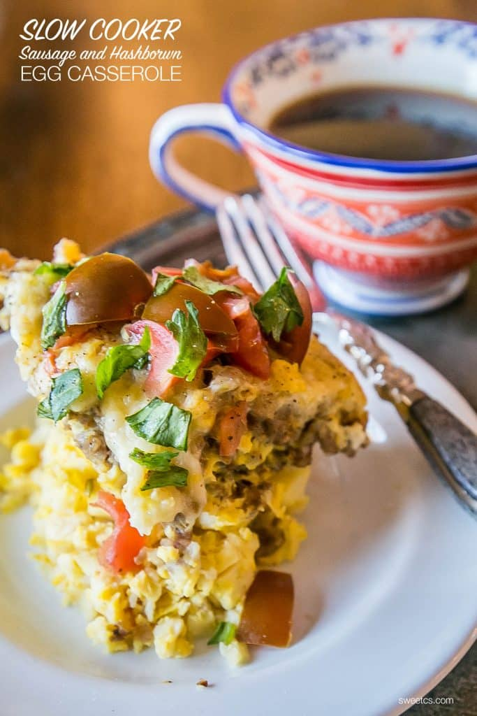 cook your breakfast overnight -- this slow cooker egg casserole with hashbrowns and sausage is so delicious!