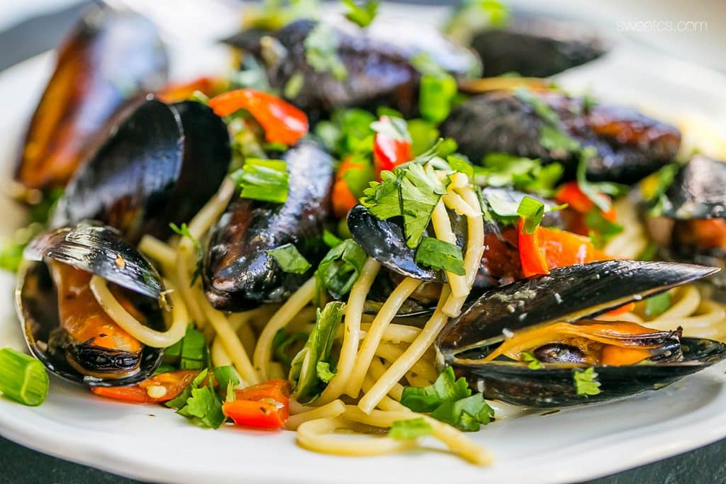 These delicious drunken mussels combine white wine, garlic and red pepper for a rich, delicious dinner quick!