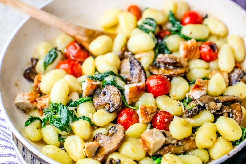 picture of pan with gnocchi mushrooms chicken and spinach in it