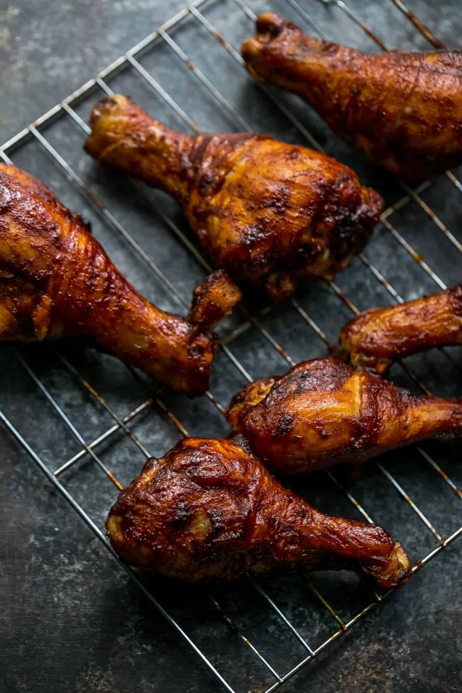 Picture of baked bbq chicken drumsticks on wire rack
